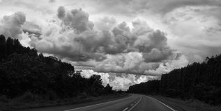 Camino con las nubes Fotografía de archivo