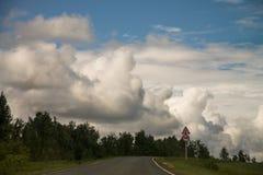 Camino con las nubes foto de archivo