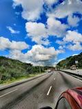 Camino con las nubes hermosas fotografía de archivo