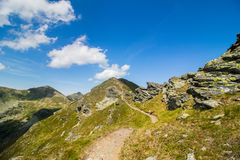 Camino con las rocas en las montañas Foto de archivo libre de regalías