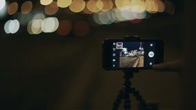 Camino con los coches que tiran de un smartphone almacen de video