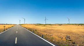 Camino con los molinoes de viento Fotografía de archivo libre de regalías