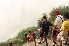 Camino con los turistas en la montaña de Hua Shang en China Imágenes de archivo libres de regalías