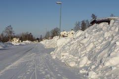 Camino con mucha nieve de ambos lados Imagen de archivo libre de regalías