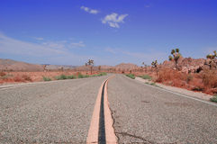 Camino con paisaje del desierto Imagenes de archivo