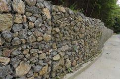 Camino con una pared de apoyo de la piedra en la montaña de Vitosha Fotografía de archivo