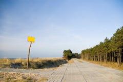 Camino concreto en una duna, en blanco Fotos de archivo