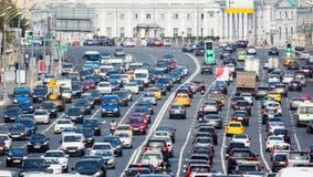 Camino congestionado con las porciones de coches foto de archivo