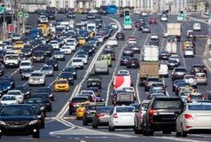 Camino congestionado con las porciones de coches imagen de archivo