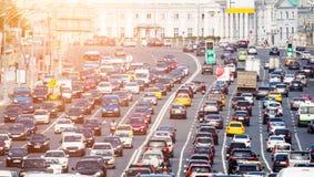 Camino congestionado con las porciones de coches fotografía de archivo