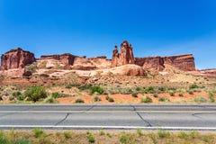 Camino contra las montañas de la piedra arenisca Imagenes de archivo