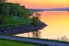 Camino crepuscular a lo largo del río Imagen de archivo