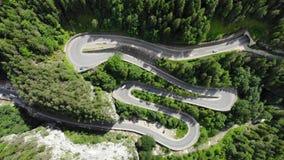 Camino curvado con los coches y paisaje hermoso del bosque Gargantas de Bicaz, Rumania almacen de video