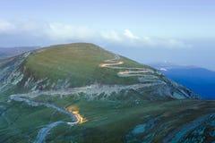 Camino curvado en montañas de Parang, Rumania fotografía de archivo libre de regalías