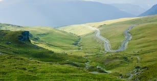 Camino curvado en paisaje de la montaña imagen de archivo