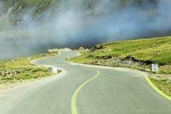 Camino curvado en paisaje de la montaña foto de archivo libre de regalías