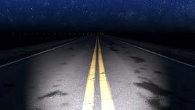 Camino curvado noche con el lazo estrellado del cielo metrajes