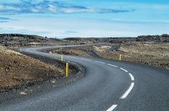 Camino Curvy en Islandia en un día soleado Fotos de archivo libres de regalías