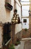 Camino de圣地亚哥典型的蓝色壳标志被安置在一个老房子和古老村庄的墙壁 库存照片