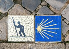 Camino de Сантьяго подписывает внутри Шартр, Францию стоковые изображения rf