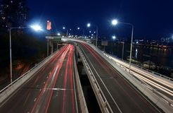 Camino de ciudad en la noche Fotos de archivo libres de regalías