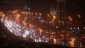 Camino de ciudad de la noche con las linternas de los coches que mueven encendido la carretera almacen de metraje de vídeo