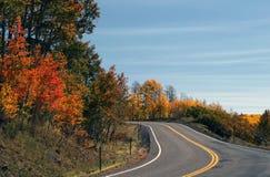 Camino de enrollamiento con color de la caída foto de archivo libre de regalías