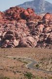 Camino de enrollamiento hacia las montañas Foto de archivo libre de regalías
