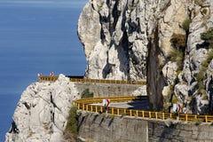 Camino de enrollamiento tallado en las montañas Fotos de archivo libres de regalías