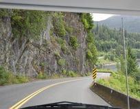 Camino de enrollamiento a través del parabrisas del coche Imágenes de archivo libres de regalías