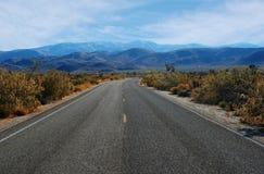 Camino de enrollamiento vacío del desierto Foto de archivo libre de regalías