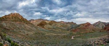 Camino de enrrollamiento Cloudscape del desierto imágenes de archivo libres de regalías