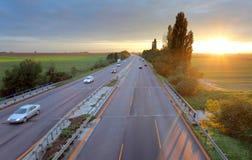 Camino de Higway con los coches Fotografía de archivo