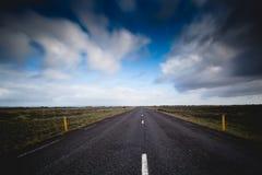 Camino de Islandia en distancia Foto de archivo libre de regalías