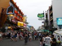 Camino de Khao San el popular descrito famoso como el centro del universo que hace excursionismo en Bangkok Fotografía de archivo libre de regalías