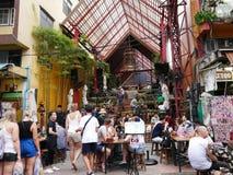 Camino de Khao San el popular descrito famoso como el centro del universo que hace excursionismo en Bangkok Imágenes de archivo libres de regalías