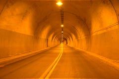Camino de la carretera del túnel imagenes de archivo