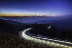 Camino de la carretera en la montaña en la exposición larga crepuscular en Inthan Foto de archivo libre de regalías