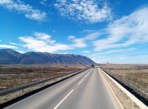 Camino de la carretera de la montaña en el invierno foto de archivo