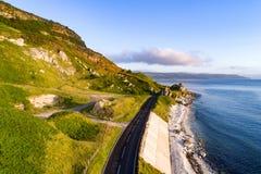 Camino de la costa de Antrim en Irlanda del Norte, Reino Unido, en la salida del sol Imagen de archivo libre de regalías