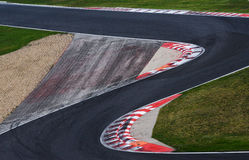 Camino de la curva del circuito de carreras para las carreras de coches Foto de archivo libre de regalías