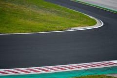Camino de la curva del circuito de carreras para las carreras de coches Imágenes de archivo libres de regalías