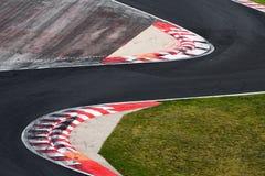 Camino de la curva del circuito de carreras para las carreras de coches Fotografía de archivo