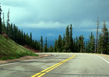 Camino de la curva en un rastro de montaña Fotografía de archivo libre de regalías