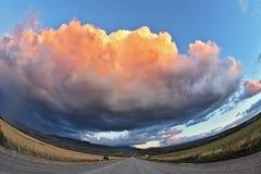 Camino de la grava a través de la estepa patagona Imagen de archivo libre de regalías