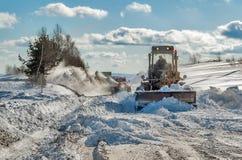 Camino de la limpieza del camión en invierno Foto de archivo libre de regalías