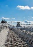 Camino de la limpieza del camión en invierno Imagen de archivo libre de regalías
