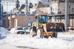 Camino de la limpieza del cargador de la nieve Fotografía de archivo