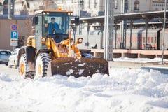 Camino de la limpieza del cargador de la nieve Foto de archivo libre de regalías