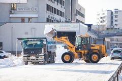 Camino de la limpieza del cargador de la nieve Imagen de archivo